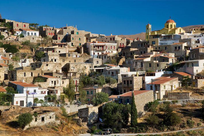 A cidade de Chios, na costa leste da ilha de mesmo nome, possui um porto que ...