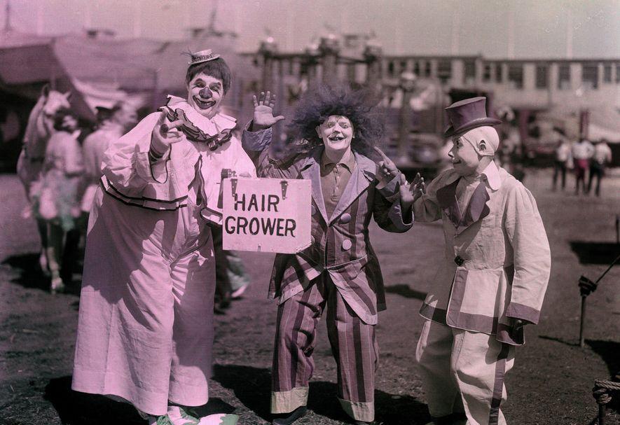 """""""O tônico capilar patenteado é apenas um dos inúmeros adereços engenhosos utilizados pelos homens engraçados para ..."""