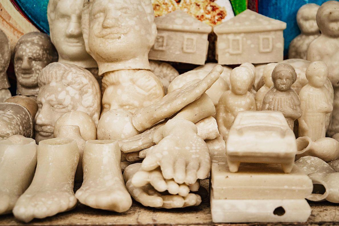 Foto de vários objetos brancos, talvez de plástico, pés, cabeças, enfileirados