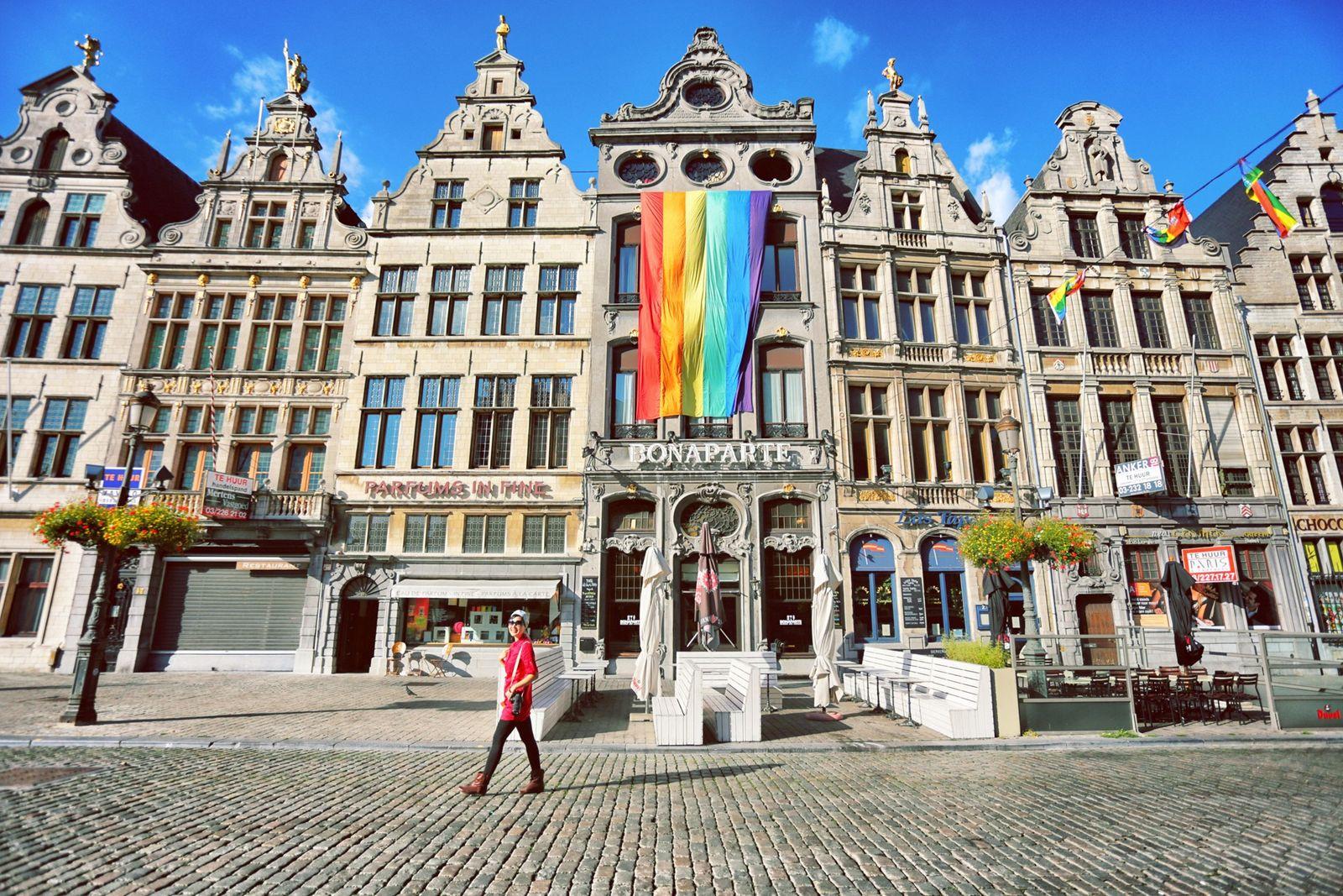 Bandeira arco-íris, representativa do movimento de orgulho LGBTQIA+, pendurada na prefeitura da cidade de Antuérpia, Bélgica, ...