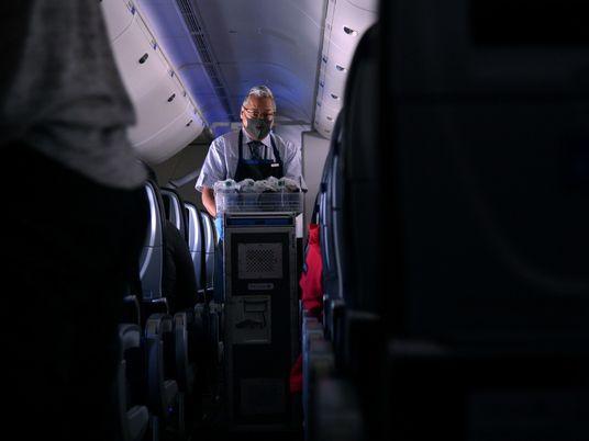 No limite: como os comissários de bordo estão lidando com as viagens durante a pandemia