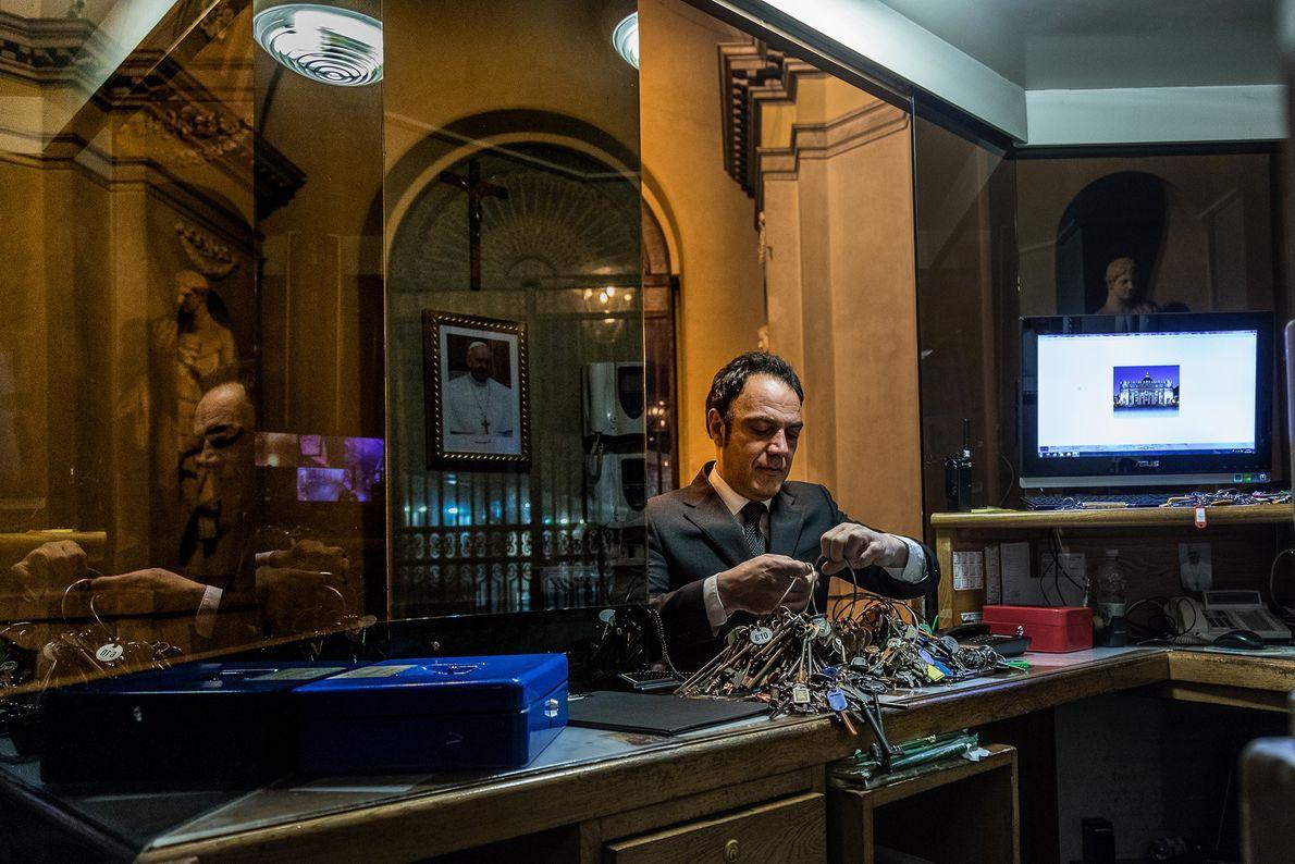 A cada manhã, Crea retira centenas de chaves de um bunker seguro no Vaticano.