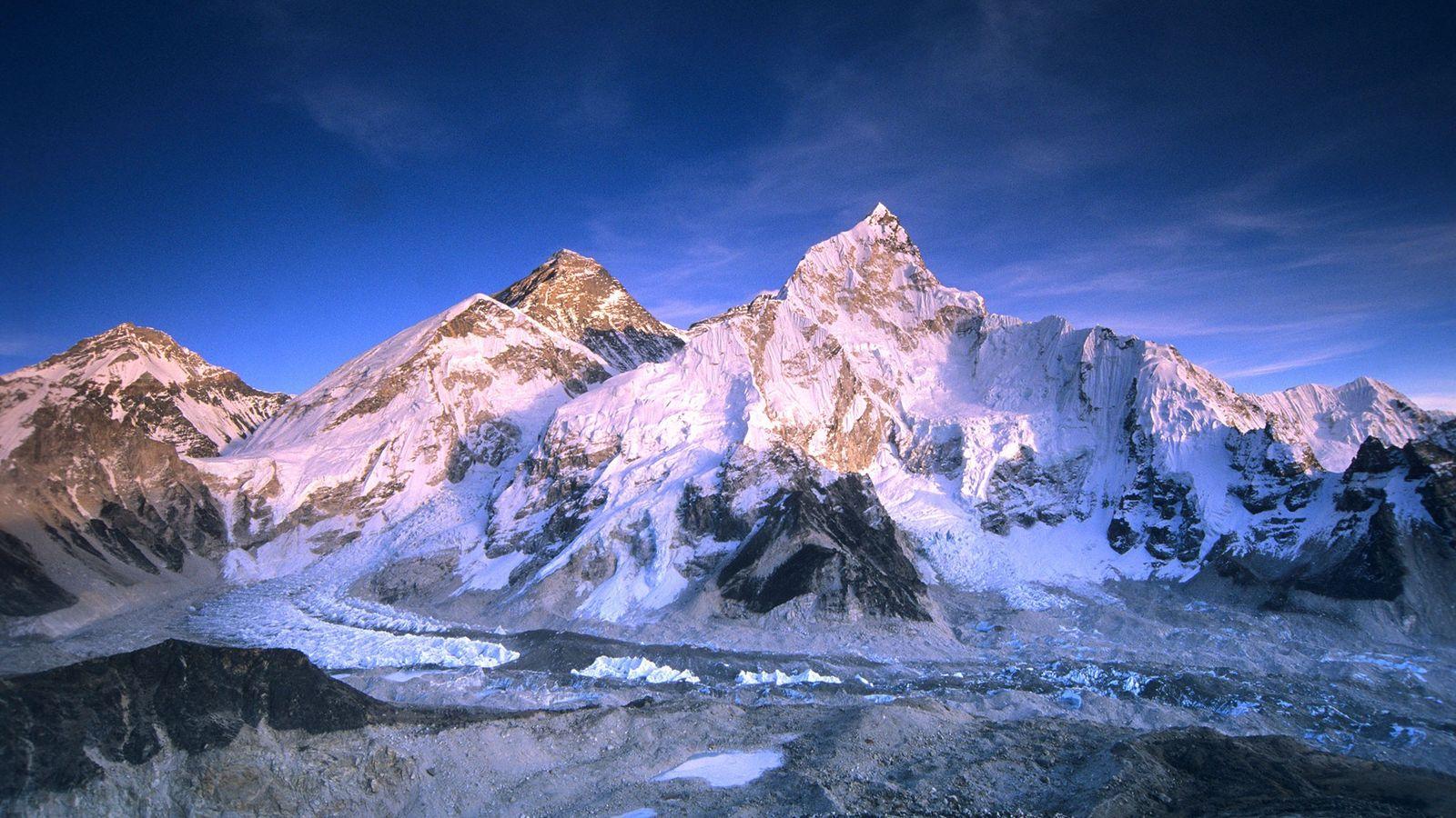 Os alpinistas poloneses Leszek Cichy e Krzysztof Wielicki chegaram ao topo do Everest em 17 de ...
