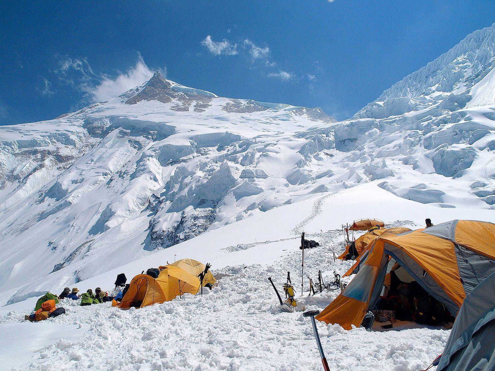 Sob a liderança de Lech Korniszewski, dois alpinistas de Zakopane, Polônia, Maciej Berbeka e Ryszard Gajewski, ...