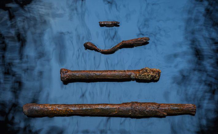 Arqueólogos marítimos recolheram pregos, cavilhas e parafusos utilizados para prender as tábuas e os mastros do ...