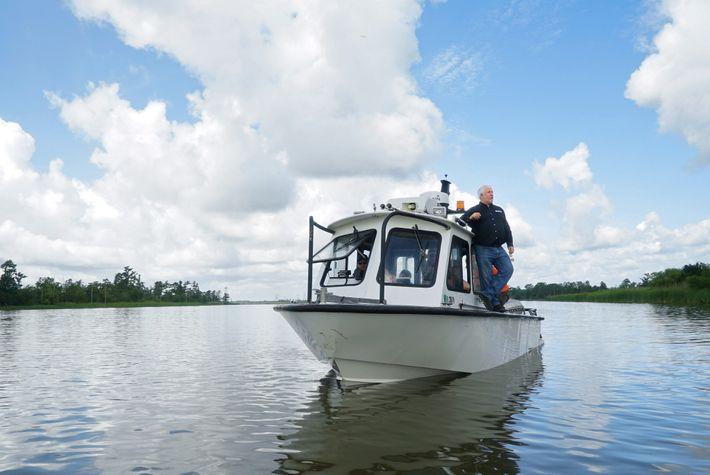O arqueólogo marinho James Delgado faz uma varredura em uma seção do rio Mobile durante a ...