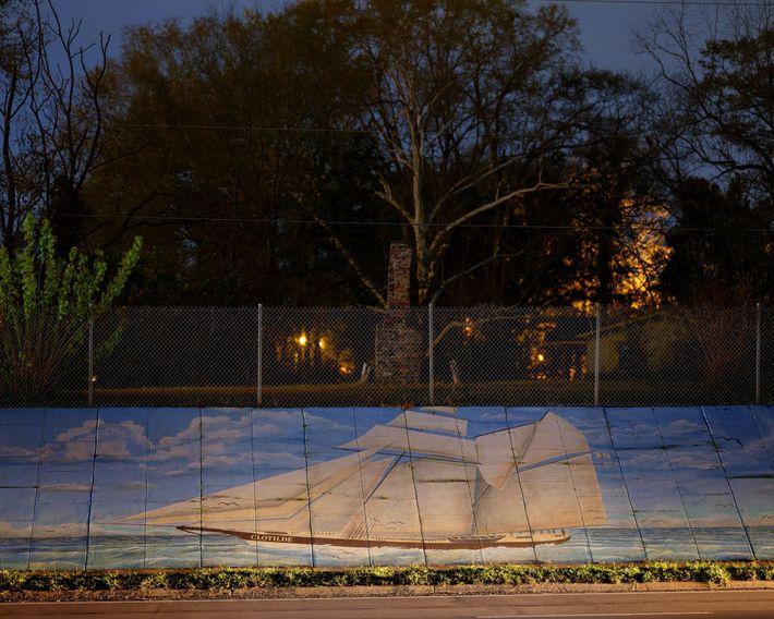 Um mural do Clotilda decora uma contenção de concreto em Africatown, a comunidade perto de Mobile ...