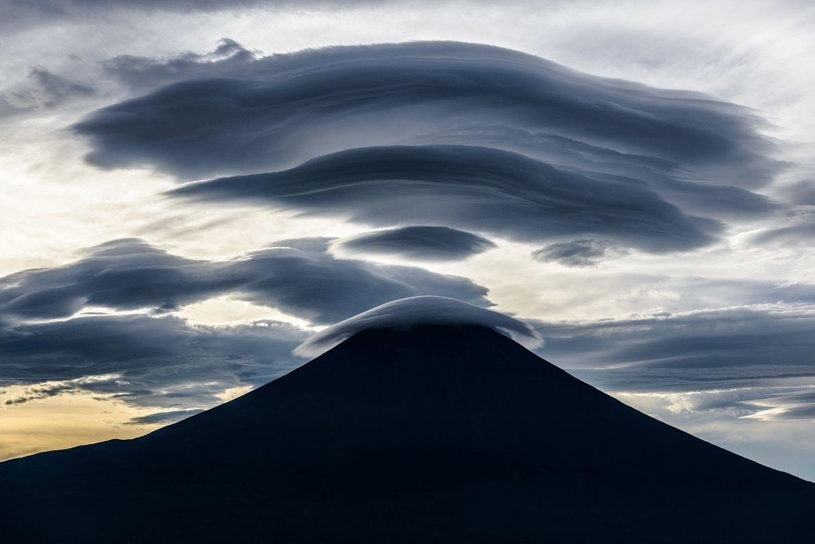 Com a mudança das correntes de ar nas altitudes maiores perto do Monte Fuji, as nuvens ...