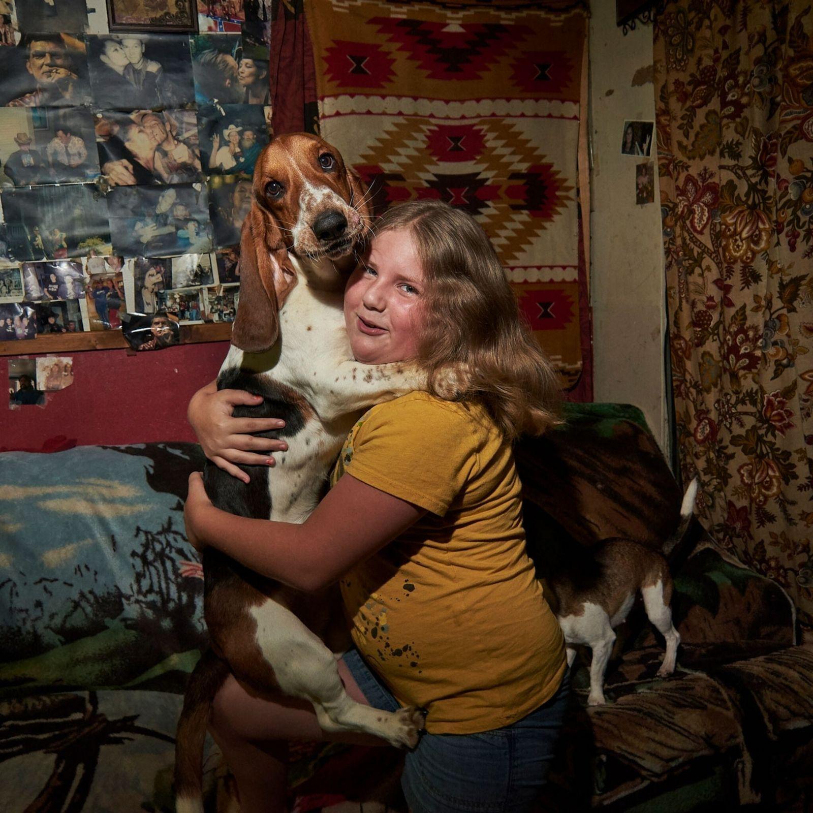Menina e seu cachorro em Boone County, no estado da Virgínia Ocidental, nos Estados Unidos.