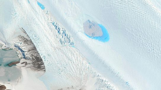 Pequenos lagos pontilham a superfície do Glaciar Langhovde, na Antártica Oriental.