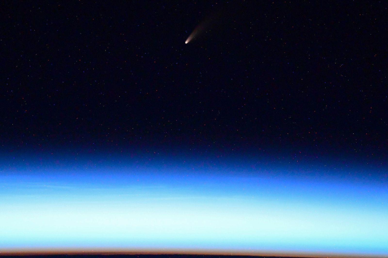 O cosmonauta Ivan Vagner twittou uma foto do cometa Neowise da Estação Espacial Internacional.