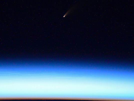 Cometa mais brilhante da década está passando pela Terra