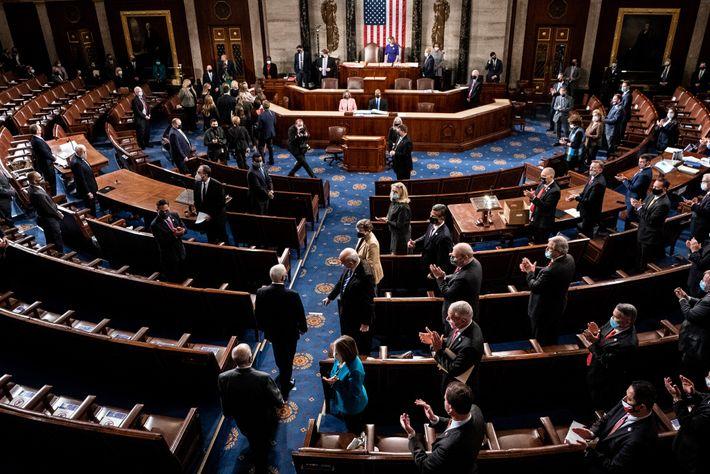 O vice-presidente dos EUA Mike Pence chega para presidir a sessão conjunto do Congresso para certificar ...