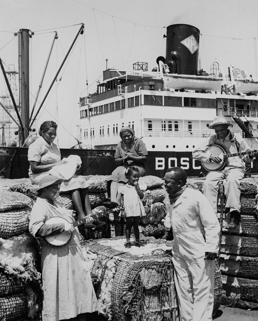 """Em 1941, a revista usou uma expressão racista para descrever os trabalhadores que, na Califórnia, esperavam para carregar um navio: """"Moleques, banjos e fardos [de algodão] como estes são comuns em Nova Orleans""""."""
