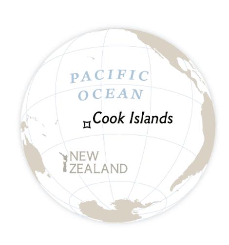 Em 2012, as Ilhas Cook tornaram-se um dos 17 santuários de tubarões do mundo, que protegem um total de 19,4 milhões de quilômetros quadrados de oceano. Alguns dos seus regulamentos, à direita, tentam reduzir o número de mortes de tubarões, estimado em dezenas de milhões por ano.  Pesca proibida Navios na zona econômica exclusiva do país não podem capturar tubarões.  Multas Cobrança de multa entre 73 mil e 182 mil dólares de qualquer barco encontrado contendo partes de tubarão a bordo.  Proibição de fio  O arame é um tipo de linha de pesca que amarra os tubarões.