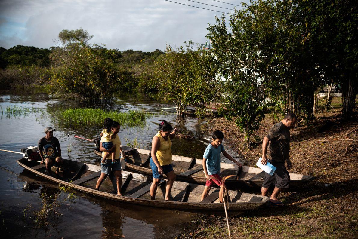 A chegada da UBS fluvial na comunidade Lindo Amanhecer atraiu famílias de outras comunidades da região; ...