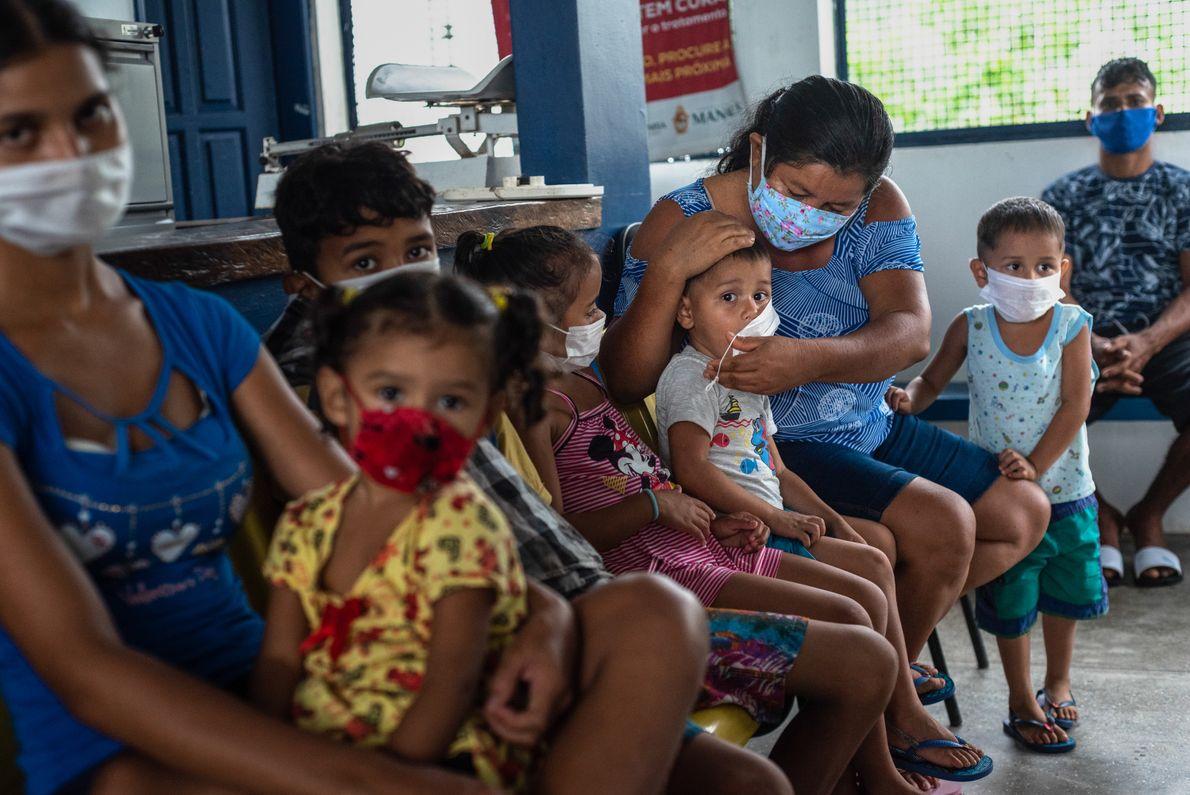 Mães e crianças aguardam para serem atendidas pela tripulação da UBS fluvial na comunidade ribeirinha Mipindiaú, ...