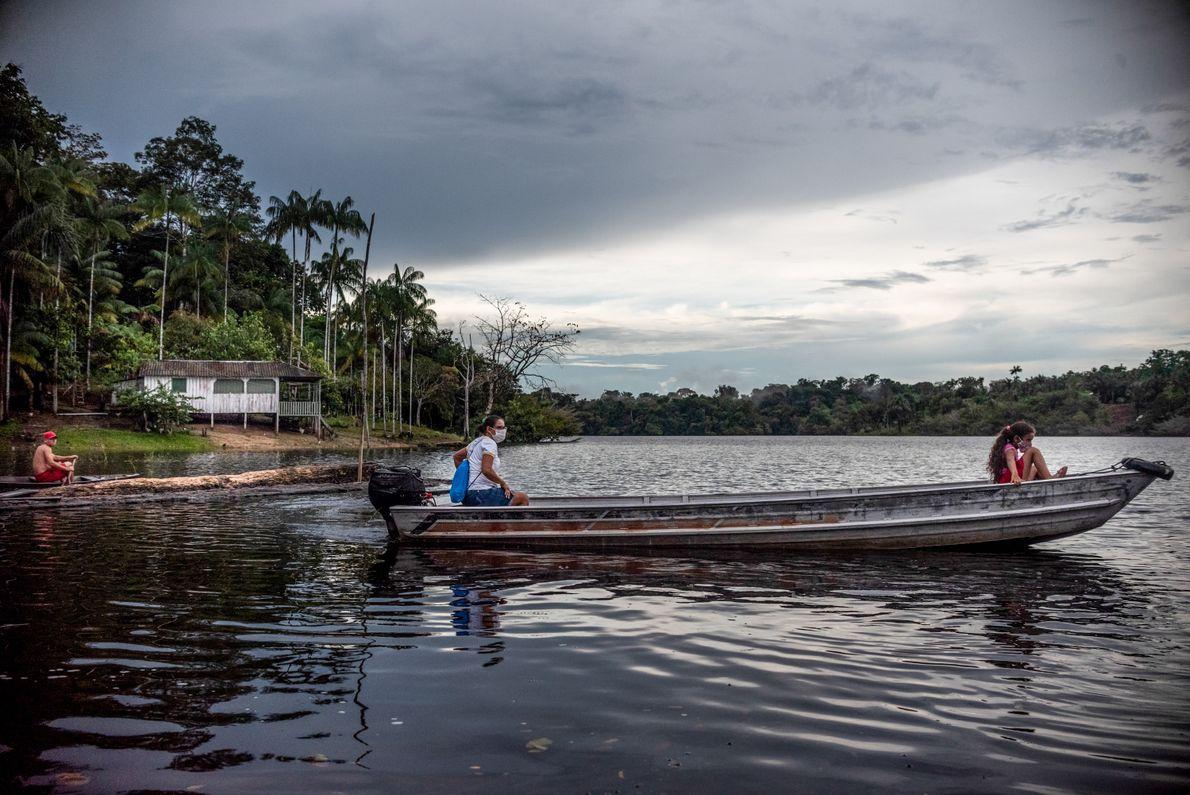 A agente comunitária de saúde Suleni da Costa (à esquerda)viaja de canoa entre diversos vilarejos do ...