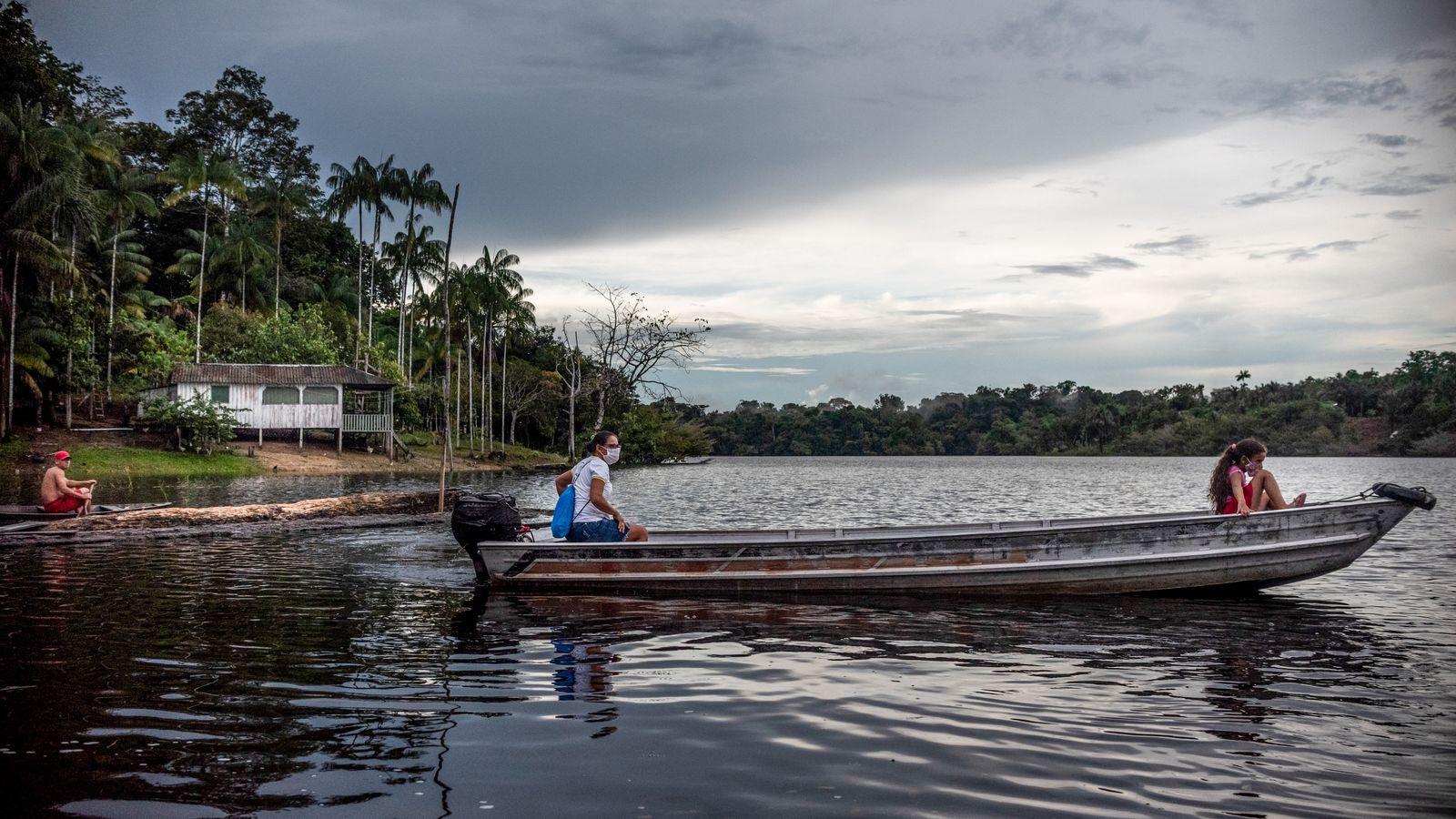 A agente comunitária de saúde Suleni da Costa (à esquerda) viaja de canoa entre diversos vilarejos do ...
