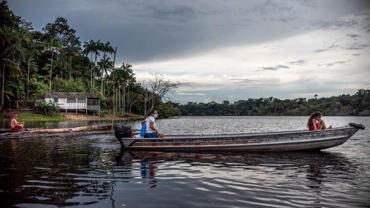 Em comunidades isoladas da Amazônia, a atenção médica chega de barco