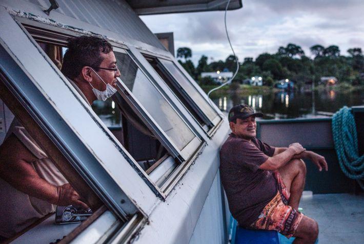 Ao fim da tarde, a tripulação desatraca e parte para a comunidade seguinte. A embarcação tem ...