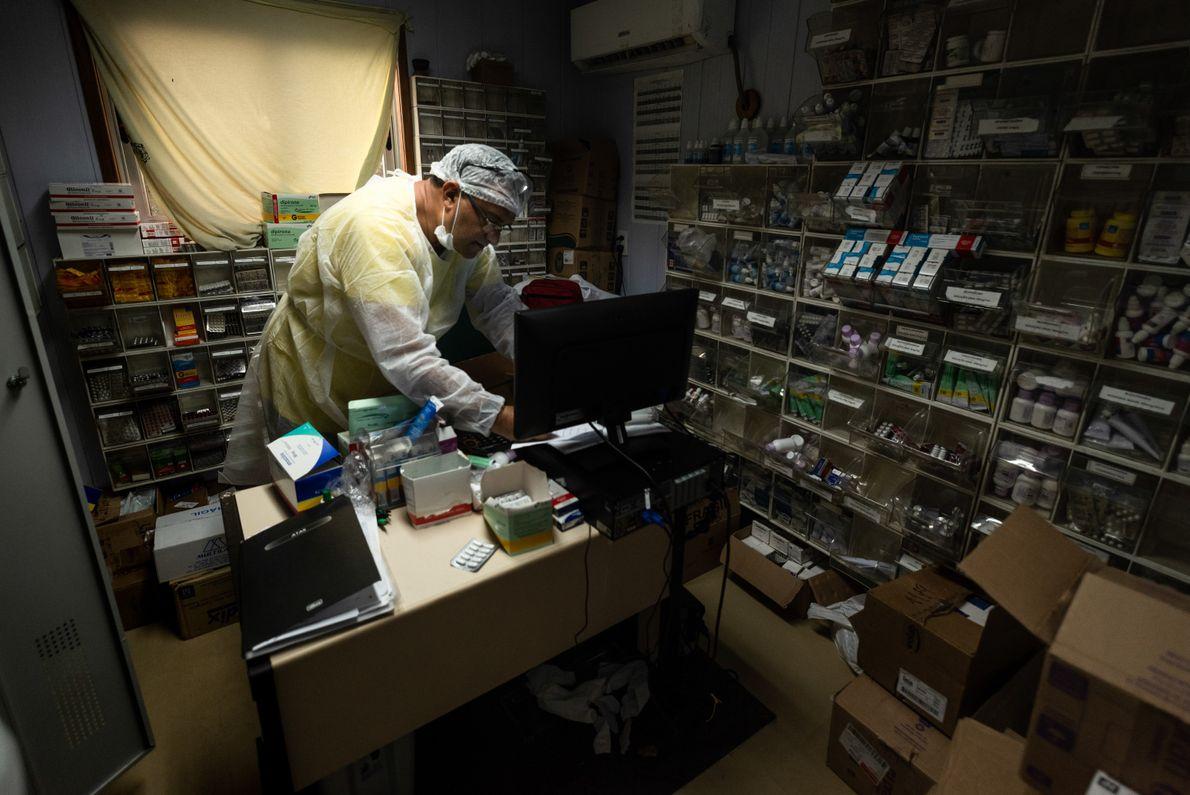 Alacide dos Santos é responsável pela farmácia, que leva a bordo remédios para o tratamento de ...