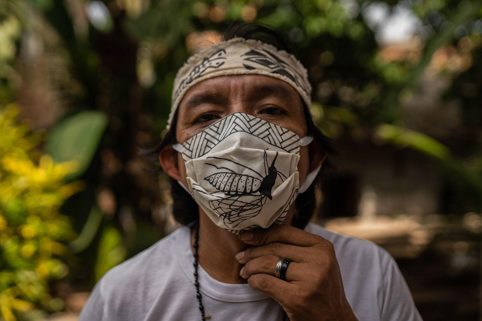 Para garantir alguma renda e sobreviver na área urbana durante a pandemia, Diakara Desana e sua ...