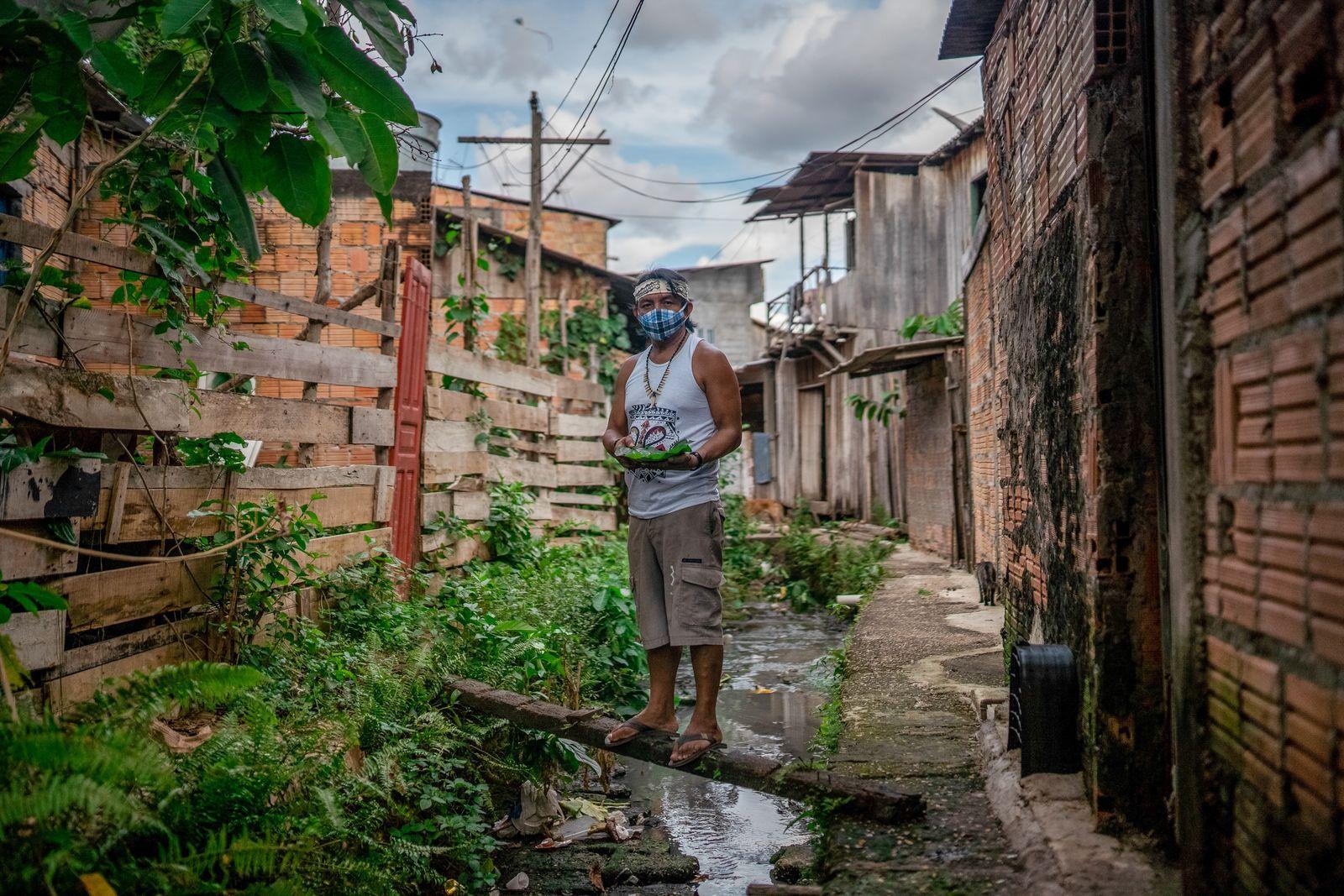 O pajé Diakara Desano, morador de Manaus (AM), disse ter tratado ele e outros sete membros ...