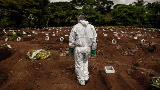 Fotos: um dia e uma noite de trabalho no maior cemitério da América Latina