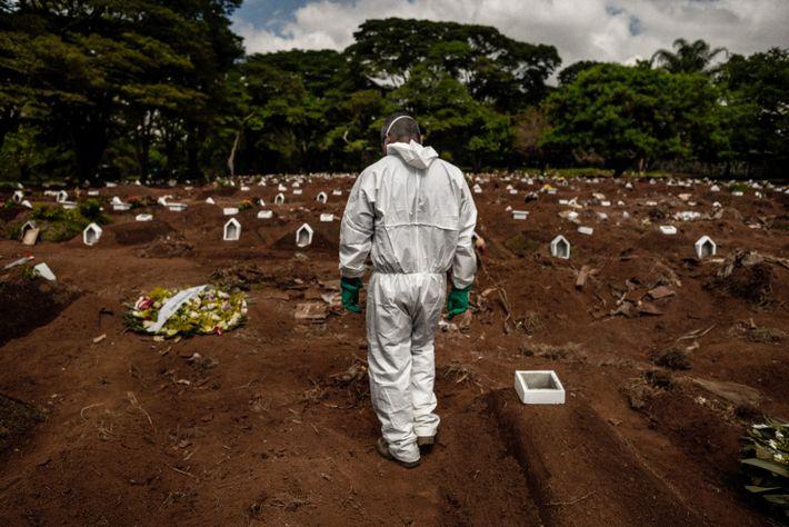 Cerca de 50% dos enterros no Vila Formosa são hoje para vítimas, confirmadas ou suspeitas, de ...