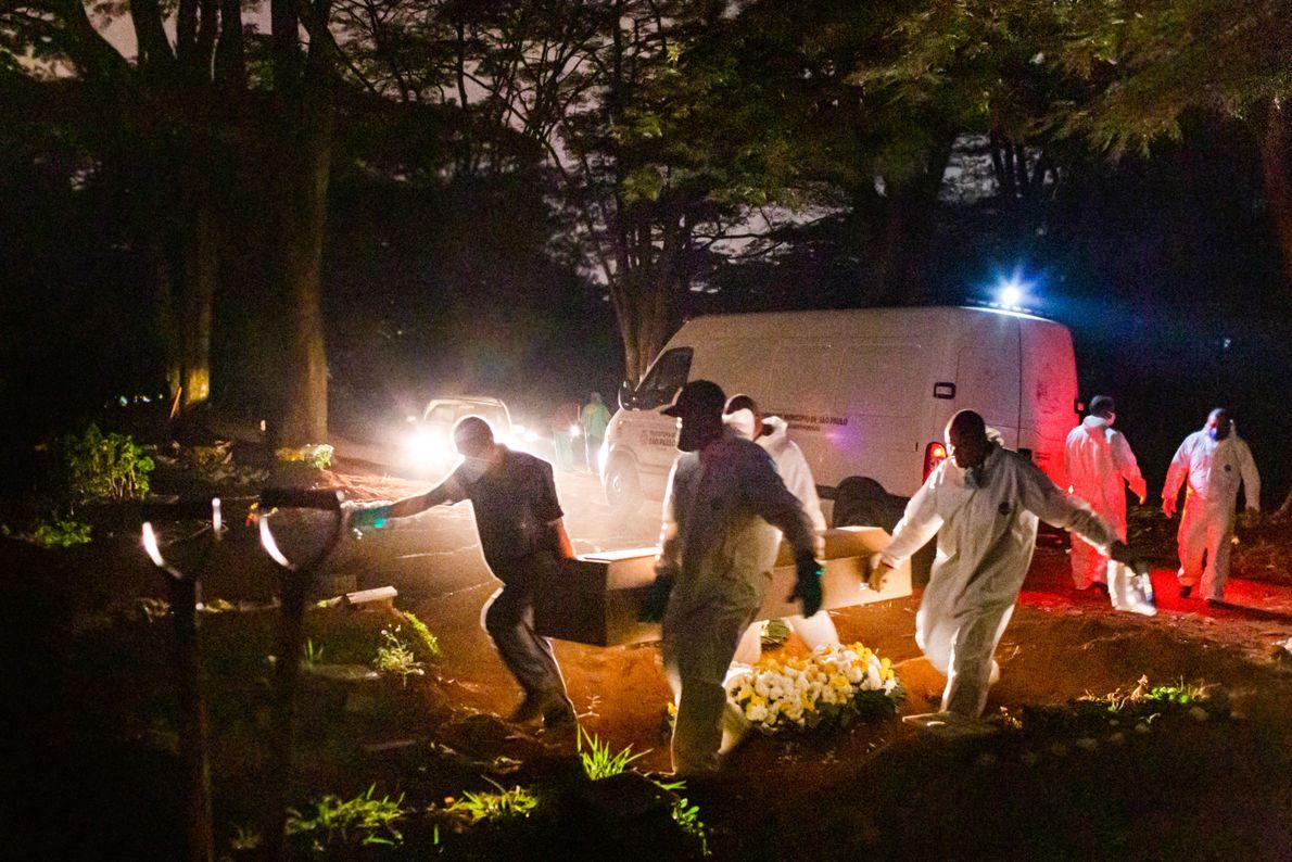 Os enterros durante à noite revelam outro improviso: o trabalho dos sepultadores é iluminado com a ...