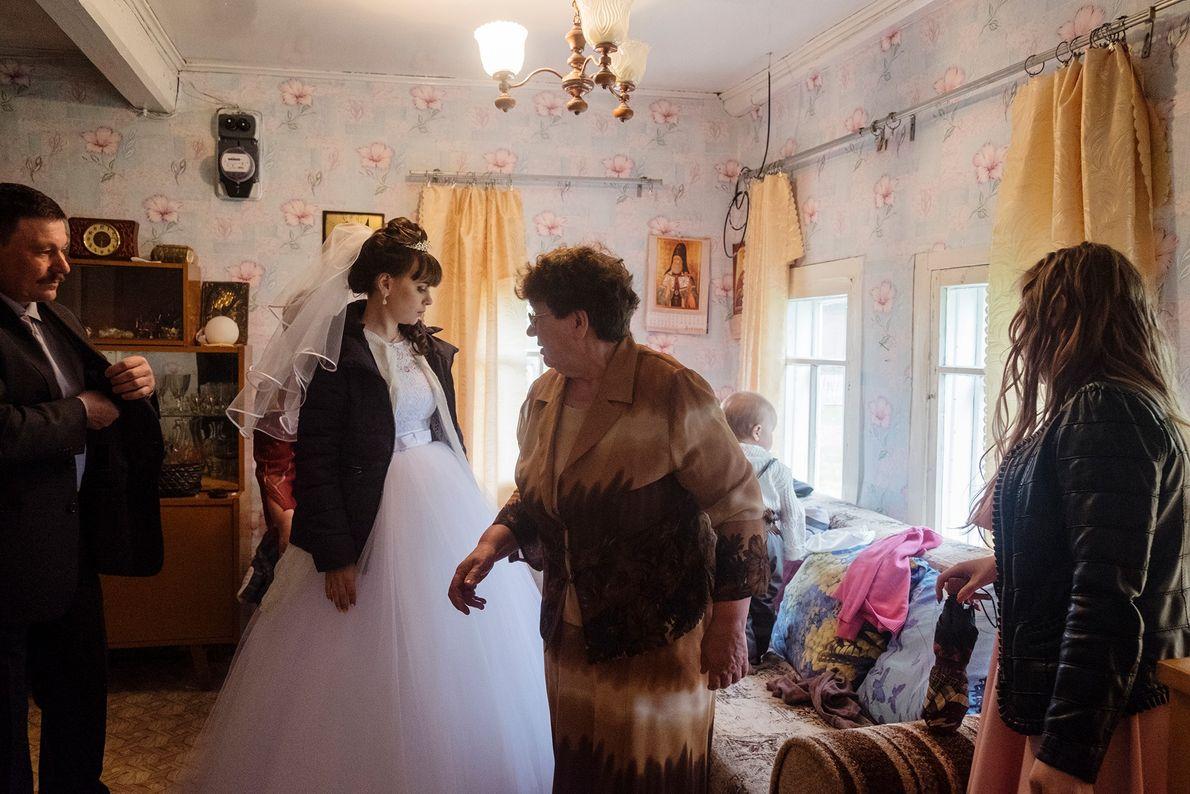 Na vila de Byechye, uma noiva se prepara para seu casamento na casa dos pais.