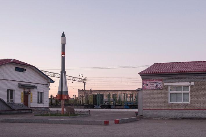 Um foguete em miniatura fica de guarda perto da estação ferroviária de Plesetsk, uma cidade a ...