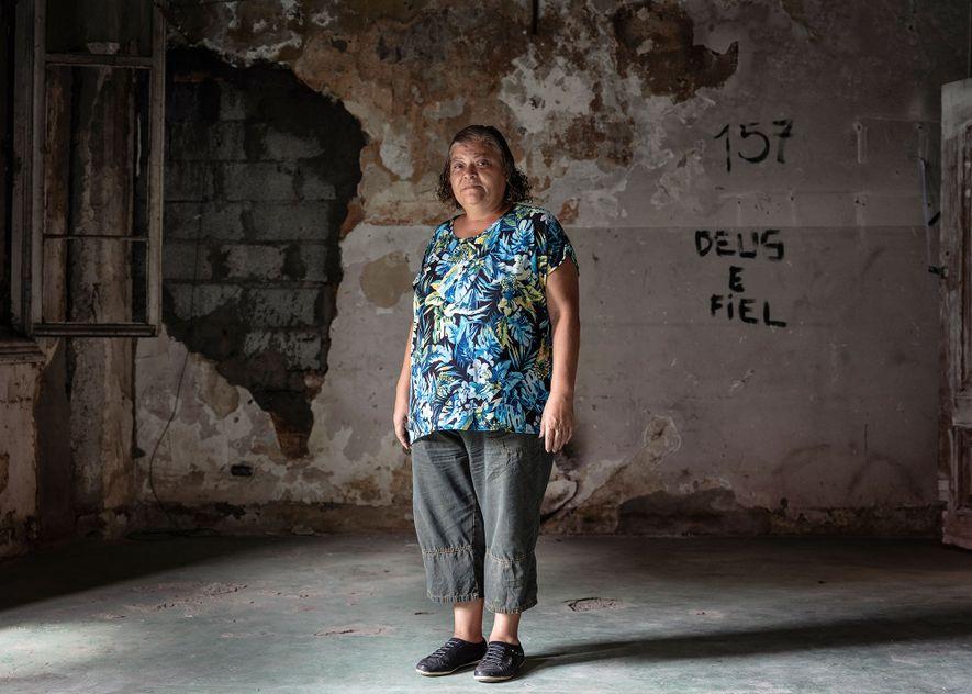 Ex-assistente social que atuava diretamente na Cracolândia, Carmen Lopes (acima) promove oficinas de costura em uma ...