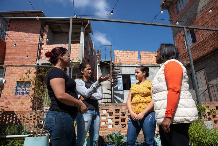 Rejane Santos (à direita) fundou o programa Adote uma Diarista para ajudar as trabalhadoras domésticas desempregadas ...