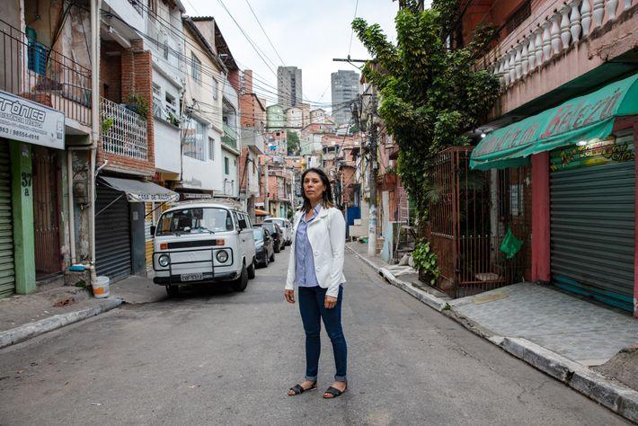 Maria Raimunda Ribeiro de Almeida sobe o morro íngreme em Paraisópolispara pegar o Uber que seu ...