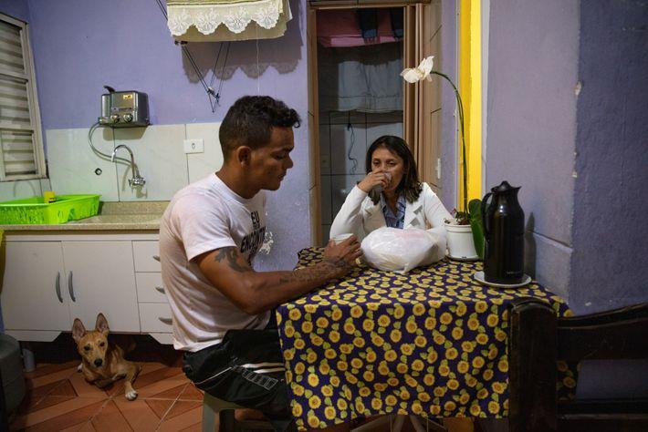 Almeida toma café da manhã com o marido Adriano Silva antes de sair para trabalhar. Um ...