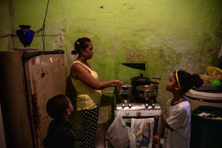 Dourado prepara o almoço para os filhos, Arthur e Camila, em sua casa em Paraisópolis. Arthur, ...