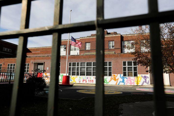 Pátio vazio de escola pública na cidade de Nova York, em 19 de novembro de 2020. ...