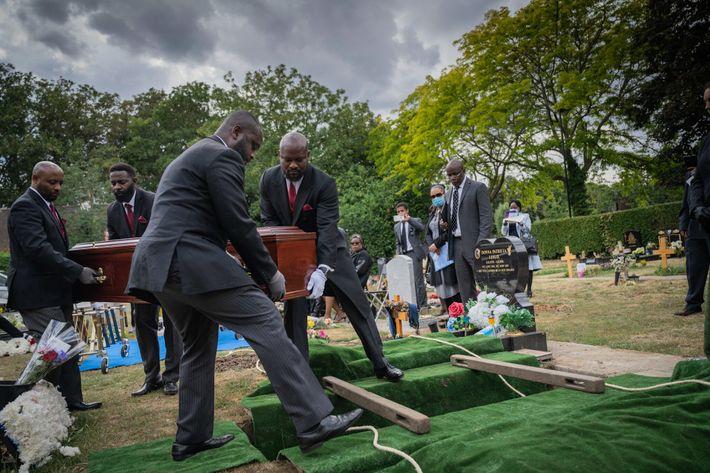 Parentes e amigos se reúnem para o funeral duplo de uma mãe de 104 anos e ...