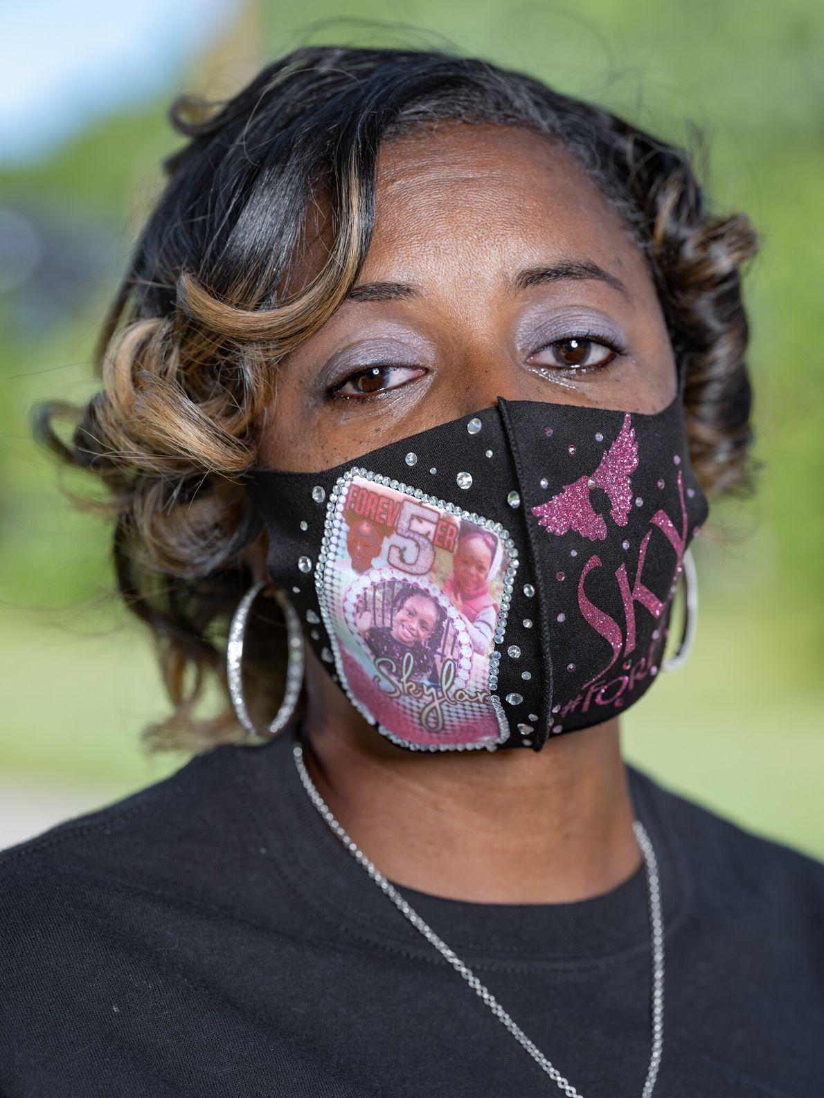 LaVondria Herbert, policial de Detroit, usa uma máscara em homenagem a sua filha de 5 anos, ...