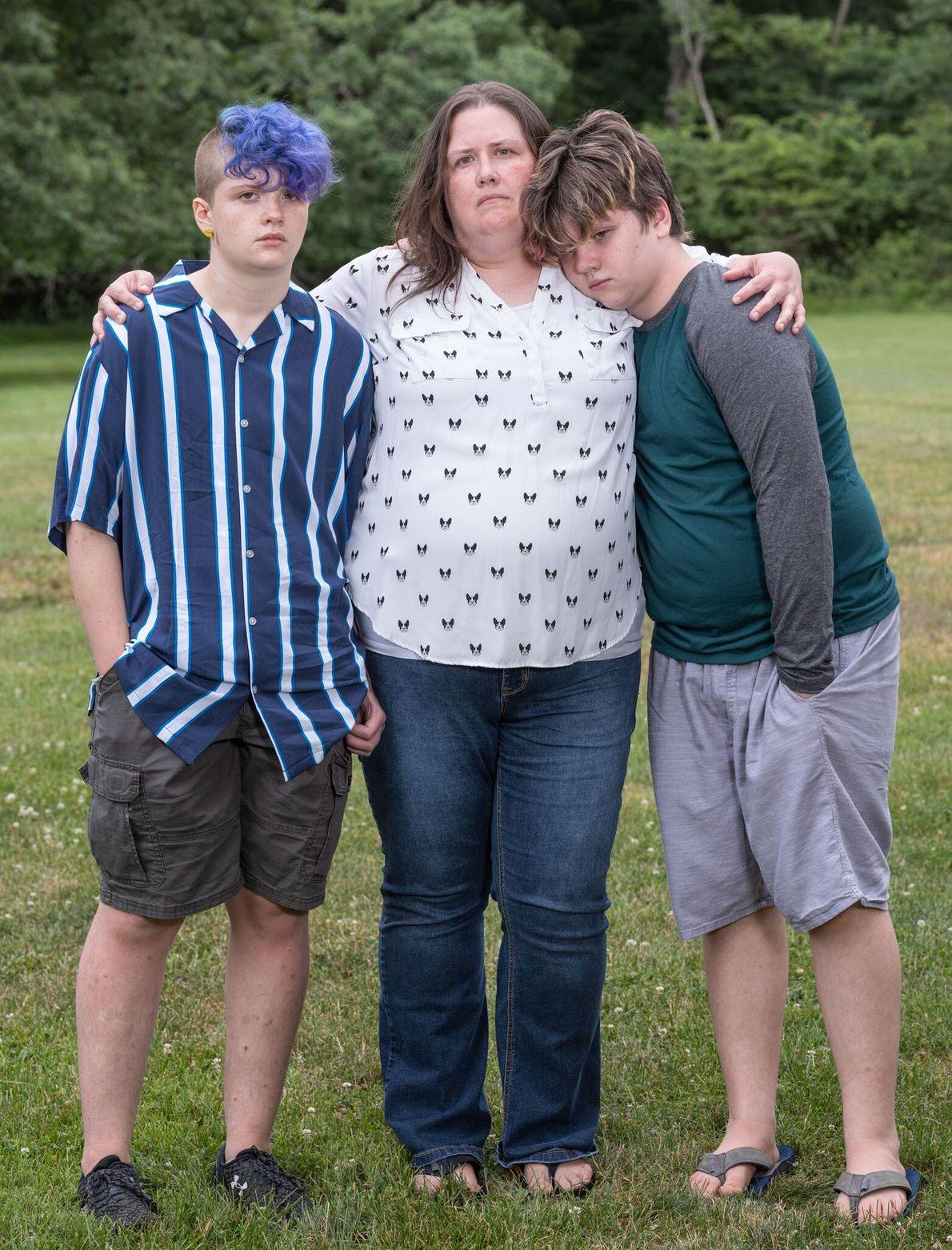 Laura Whalen e seu filho Maji, à esquerda, sobreviveram à covid-19, mas o marido, Tony, não. ...