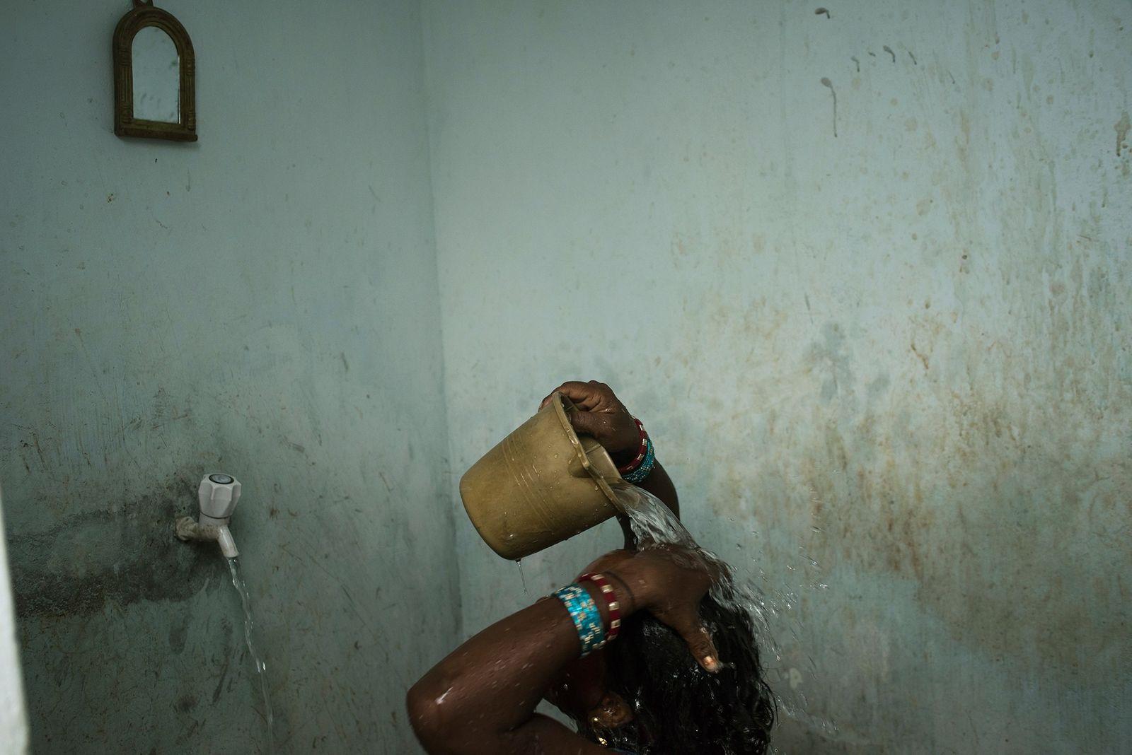 Lavar as mãos ajuda a reduzir propagação do coronavírus, mas, na Índia, a água é escassa