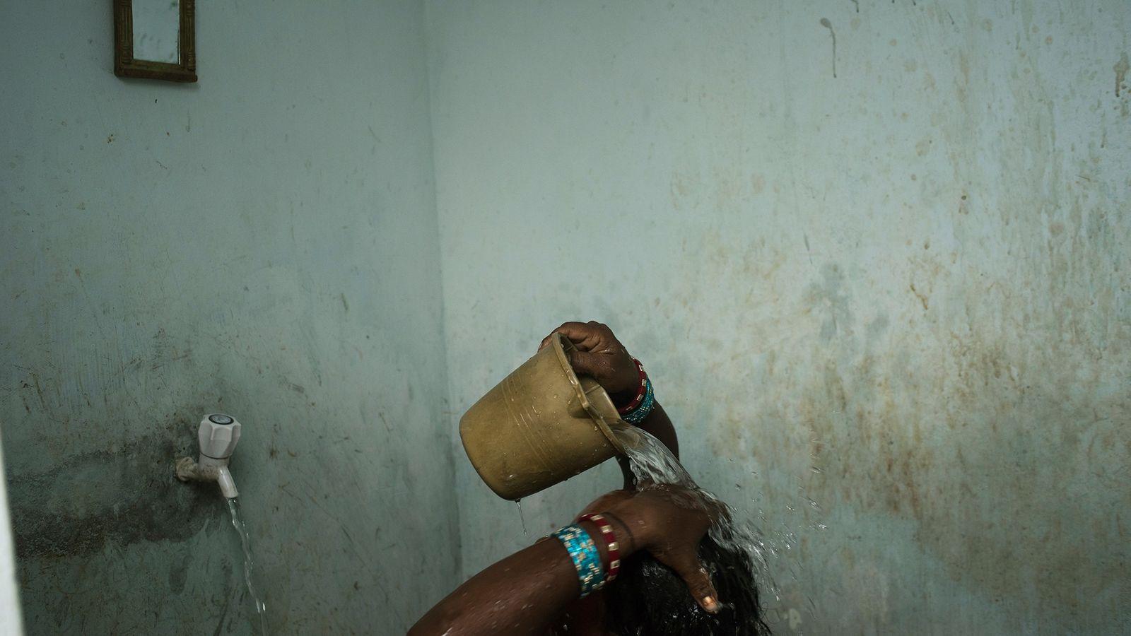 Uma mulher toma banho perto de Bhubaneshwar, uma cidade no estado de Odisha, no leste da ...