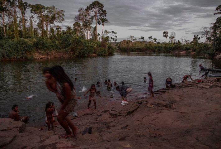 Os Kayapós, que vivem na bacia do rio Xingu, na região central da Amazônia, lutam para ...