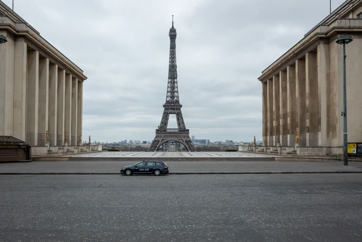 Um carro policial solitário reforça o isolamento forçado na Place du Trocadero, na margem oposta do ...