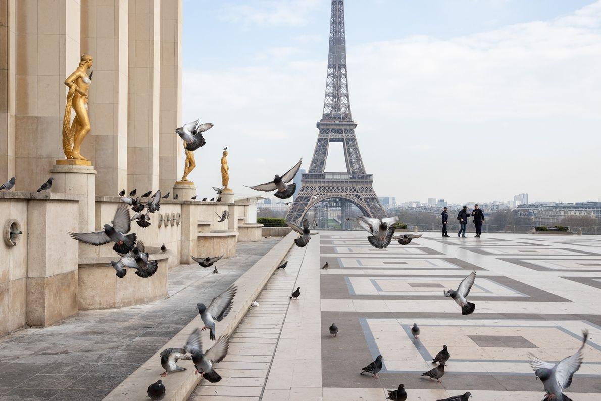 A polícia patrulha a vazia Praça do Trocadero em 17 de março, primeiro dia de isolamento ...
