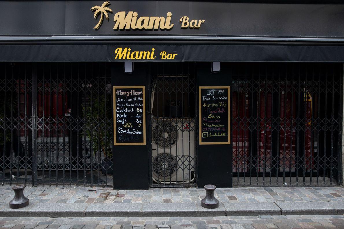 Dois dias após o fechamento de bares, cafés e outras atividades não essenciais da cidade, o ...