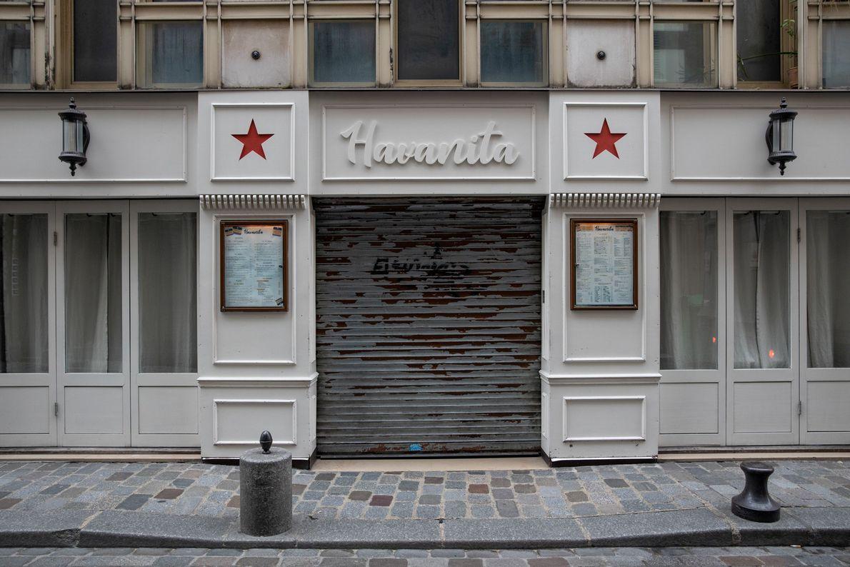 Bares, restaurantes e clubes silenciosos na famosa Rue de Lappe, um dos principais destinos da cidade ...