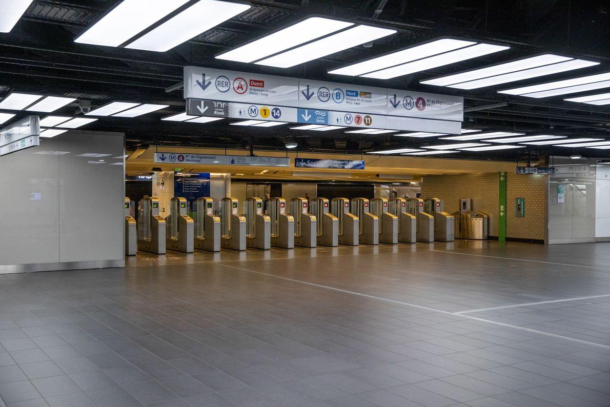 Três trens regionais urbanos e cinco linhas de metrô passam por Châtelet-Les Halles, transportando 750 mil ...